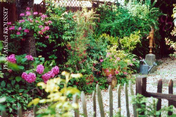 Fleurir un petit jardin l 39 atelier des fleurs for Deco jardin fleuri